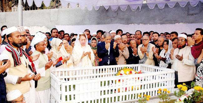 কোকোর তৃতীয় মৃত্যুবার্ষিকীতে কবর জিয়ারত করেছেন মা খালেদা